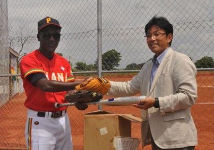 写真・図版 : 2013年4月に在ガーナ日本大使館のご協力により「ガーナ甲子園球場」が完成し、式典に参加した。