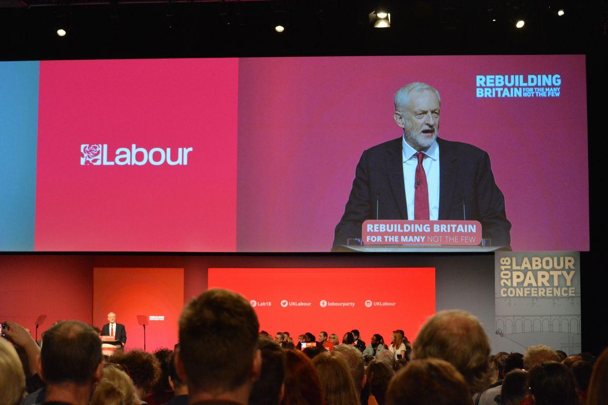 写真・図版 : 労働党大会最終日に演説するコービン党首=2018年9月26日、英中部リバプール
