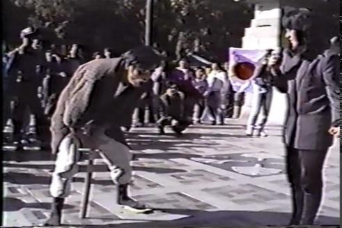 写真・図版 : 寸劇 「さよならヒロヒト まだ生きて自粛 こんな私に誰がした!?」=1988年10月30日