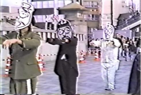 写真・図版 : キョンシーになった3人の「昭和天皇」=1988年12月4日