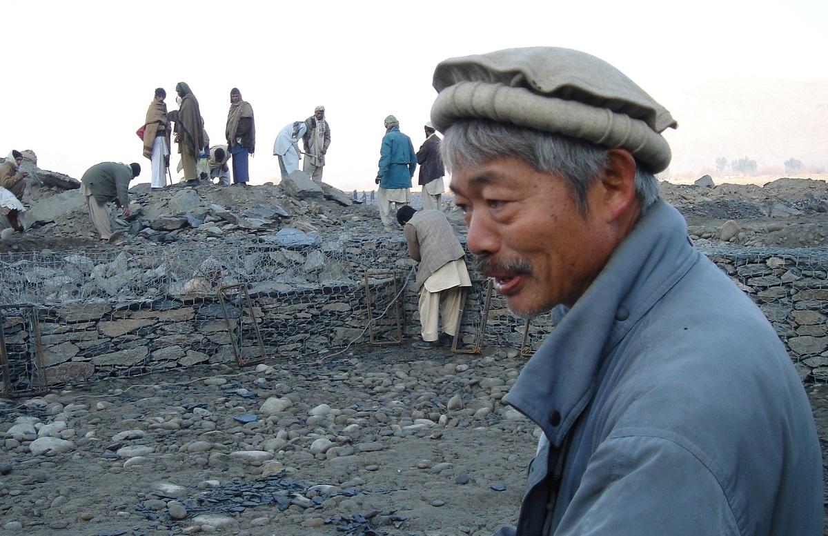 写真・図版 : 用水路工事の指揮をとる中村哲さん=2008年、アフガニスタン、ペシャワール会提供