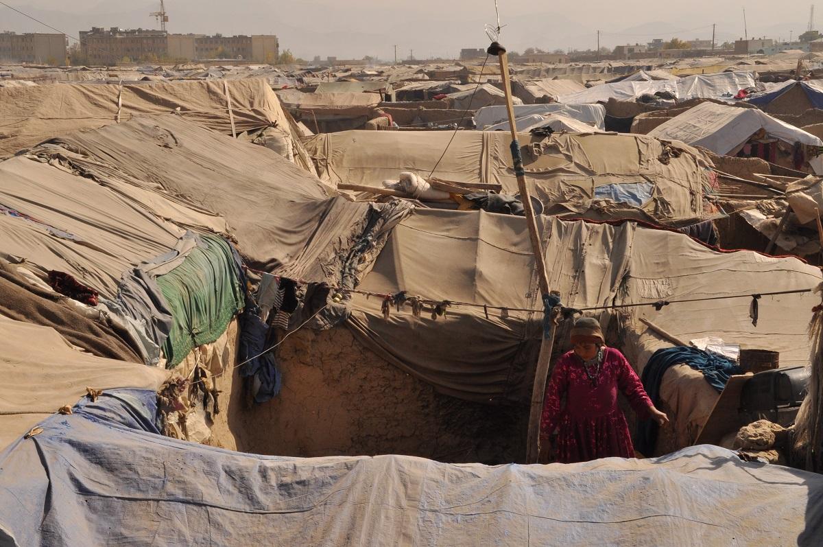 写真・図版 : アフガニスタン・カブールの国内避難民キャンプ=2009年11月