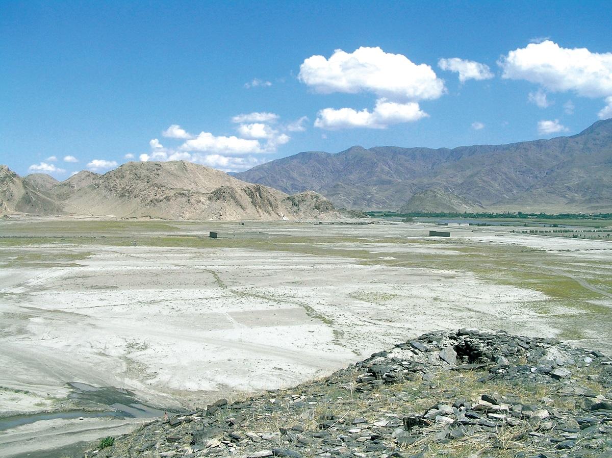 写真・図版 : 干ばつで荒涼とした大地が広がるアフガニスタン東部=2005年5月、ペシャワール会提供