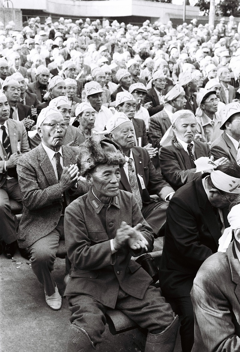 写真・図版 : シベリアで抑留され日本政府に補償を求める人や支援者による大集会=1989年4月18日、東京・日比谷公園。この日、被害者62人を原告とする「シベリア抑留裁判」で東京地裁が請求を棄却した。しかし、こうした運動が、シベリア特措法成立や一時金支給に結びついた