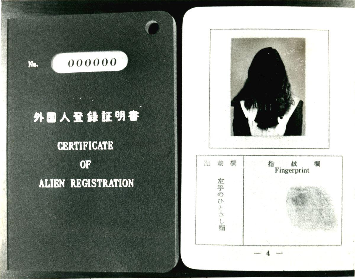 写真・図版 : 指紋押捺が義務づけられていた頃の外国人登録証明書=1984年9月撮影(顔は塗りつぶしてあります)