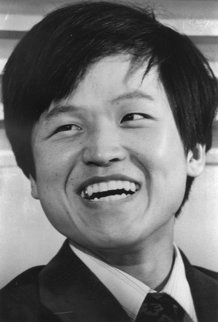 写真・図版 : 韓国籍のまま司法修習生に採用されることが決まり、記者会見で笑顔を見せる金敬得さん=1977年3月23日、東京都内