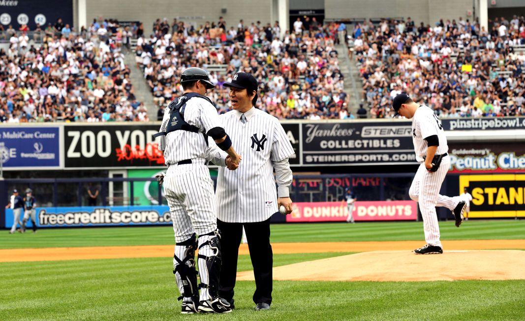 写真・図版 : 始球式を終え、ボールを受け取る松井秀喜さん ヤンキースで引退試合=2013年7月28日、ニューヨーク