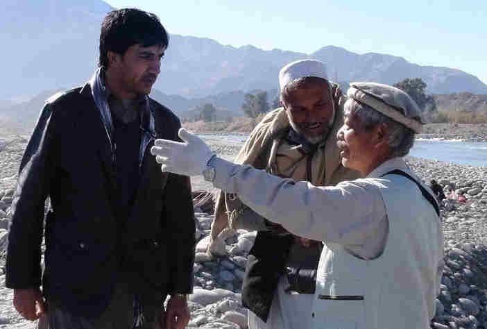 写真・図版 : アフガニスタンで緑の大地計画が大詰めを迎えるなか、工事で指揮を執る中村哲さん(右)=2012年12月3日、ペシャワール会提供