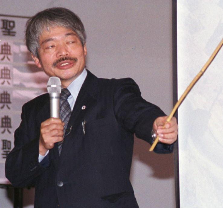写真・図版 : スライドを使ってアフガニスタンでの活動を説明する中村哲医師=2001年11月16日、神奈川県鎌倉市小町