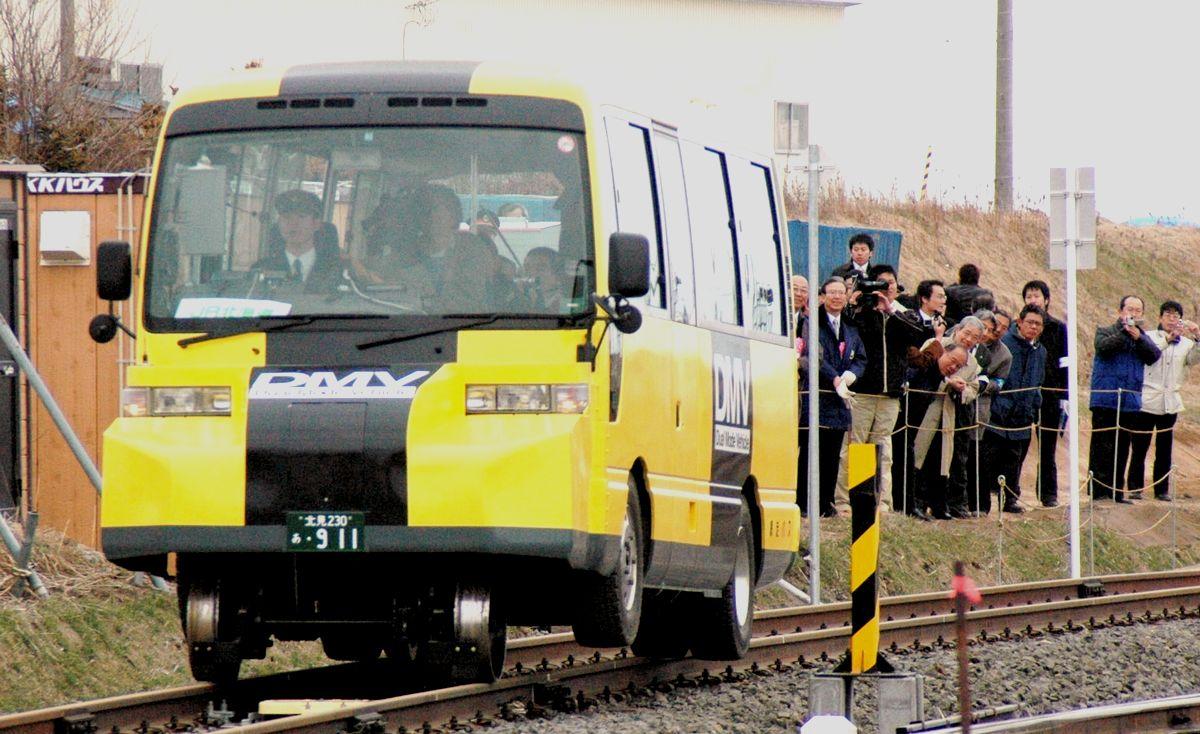 写真・図版 : JR北海道のデュアル・モード・ビークル =2007年4月14日、北海道・JR浜小清水駅