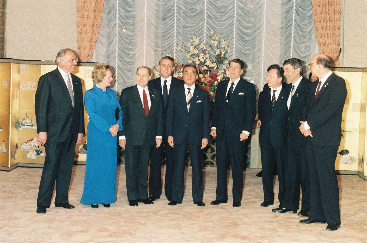 写真・図版 : 東京サミットで個別晩餐会に出席した、左からコール西独首相、サッチャー英首相、ミッテラン仏大統領、マルルー二加首相、中曽根康弘首相、レーガン米大統領、ドロールEC委員長、ルべルスEC議長、クラクシ伊首相=1986年5月4日、首相官邸