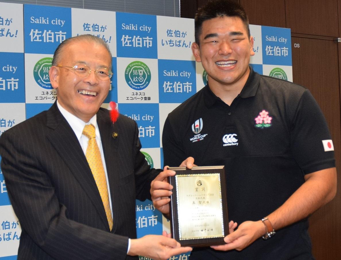 田中利明市長(左)から市長賞詞を贈呈された具智元選手=2019年11月14日午後3時2分、佐伯市役所20191114