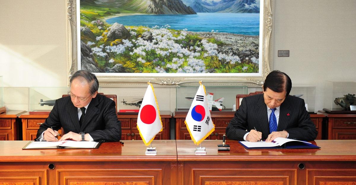 写真・図版 : 2016年、ソウルで日韓GSOMIAに署名する長嶺安政駐韓大使(左)と当時の韓民求・韓国国防相=2016年11月23日、韓国国防省提供
