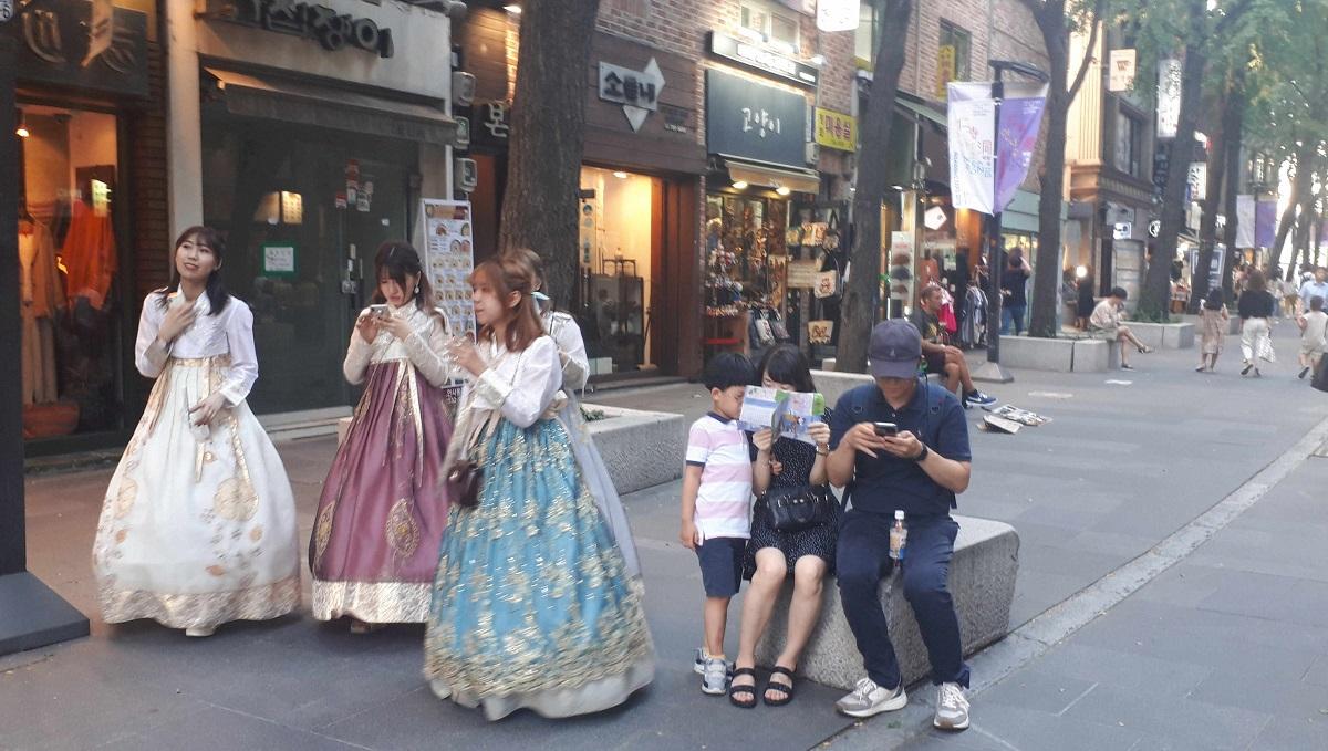 写真・図版 : ソウルの人気エリア、仁寺洞(イン・サ・ドン)を歩く韓服を着た日本人観光客。2018年は1000万人以上が日韓を往来したのだが……