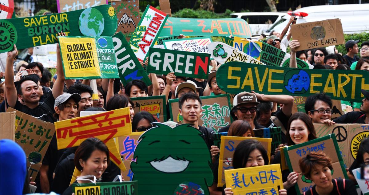 写真・図版 : 東京・渋谷で行われたグローバル気候マーチ。参加者たちは、手書きのプラカードを掲げて気候危機を訴えた=2019年9月20日