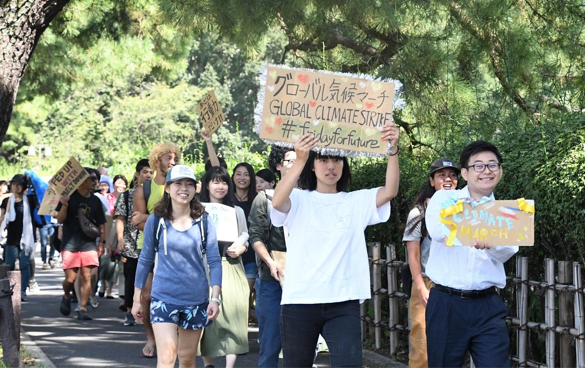 写真・図版 : 名古屋でのグローバル気候マーチ。参加者たちは、「地球を守りたい」「あとは行動だけ」などと書いたプラカードを掲げて行進した=2019年9月20日