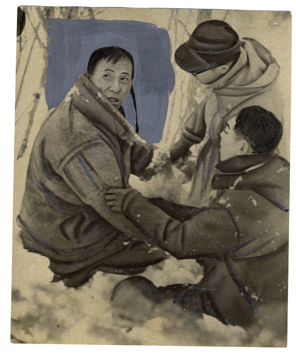 写真・図版 : 北海道の山の穴にこもって生活していた劉連仁さん。1958年2月に北海道で「発見」された当時の写真とみられる