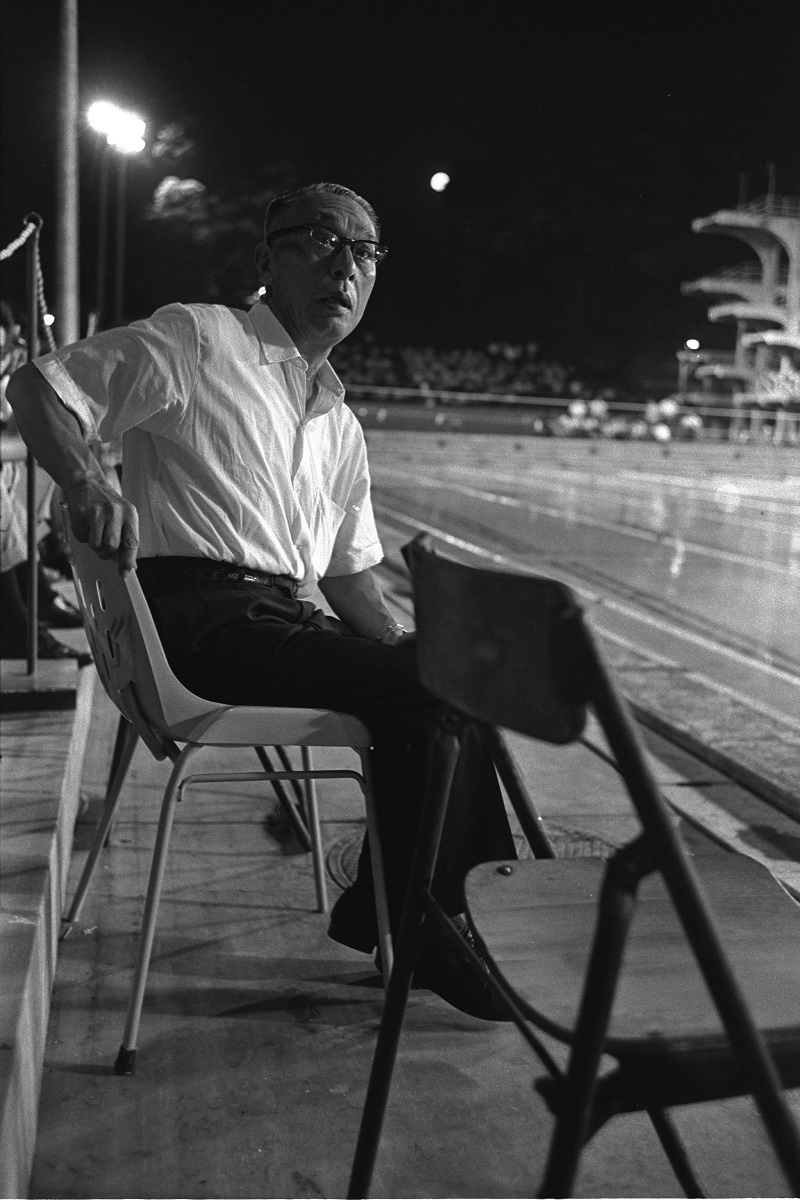 写真・図版 : 全日本水泳選手権大会が開かれた神宮プールでの田畑政治=1963年「アサヒグラフ」掲載の写真