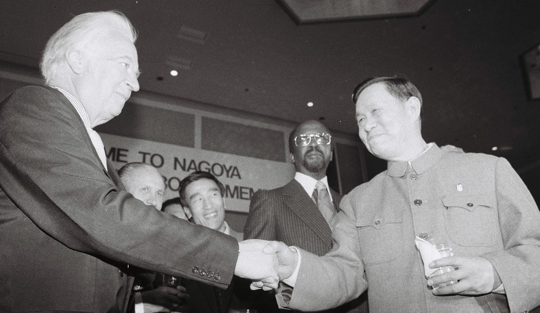 写真・図版 : 1979年名古屋で開かれた国際オリンピック協会理事会で中国の五輪復帰が決まった。キラニンIOC会長(左)と握手する中国の宋中団長