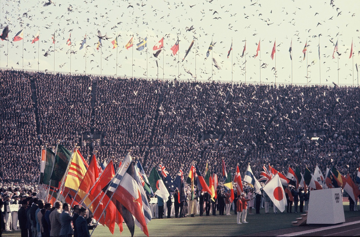 写真・図版 : 1964年東京オリンピックの開会式。1万羽のハトが舞い上がった