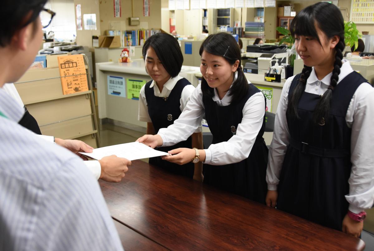 写真・図版 : 「非核平和都市宣言」を求めて福岡市議会に請願書を提出する高校生=2018年6月13日