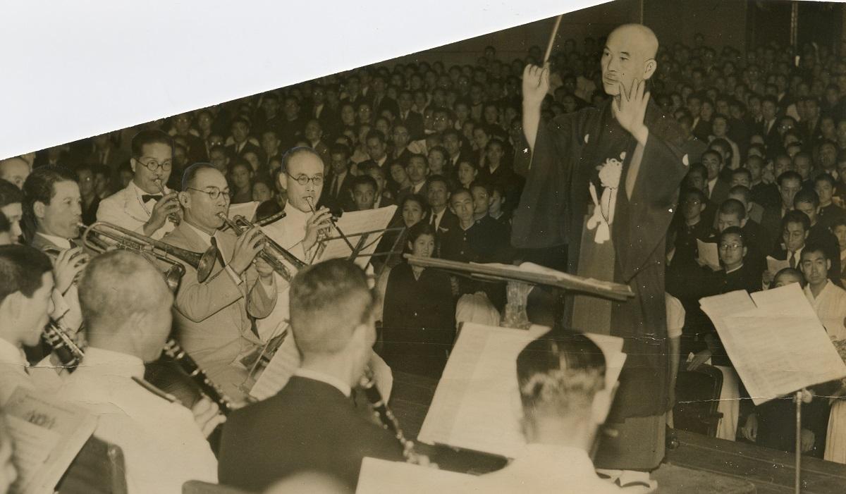 写真・図版 : 「軍艦行進曲40年記念演奏会」で指揮をとる作曲者の瀬戸口藤吉=1940年9月17日、東京・日比谷公会堂