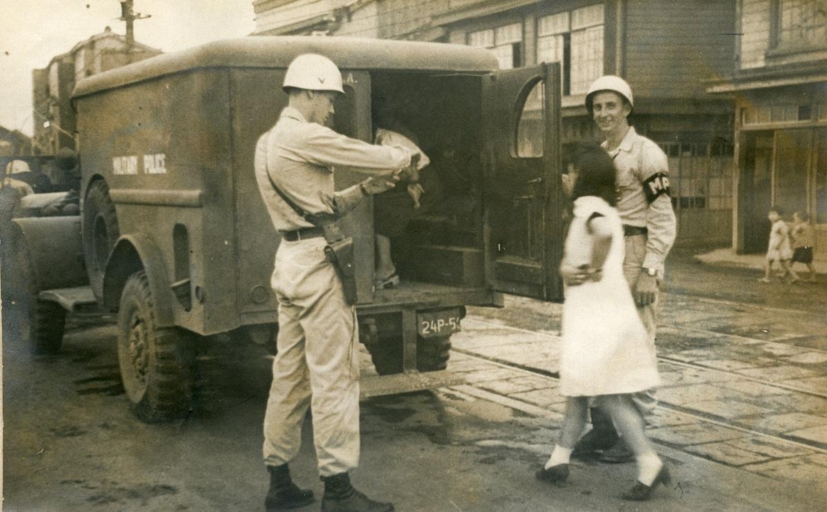 写真・図版 : 米憲兵隊による米兵相手の女性取り締まり=1948年