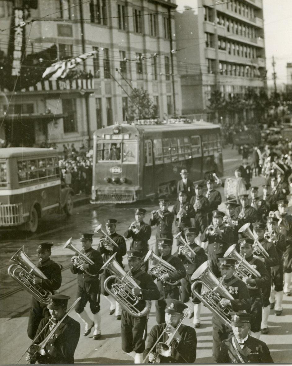 写真・図版 : 海軍特別大演習観艦式を前に、軍楽隊が「軍艦マーチ」などを演奏しながら御堂筋を行進 =1936年10月28日、大阪市・中之島