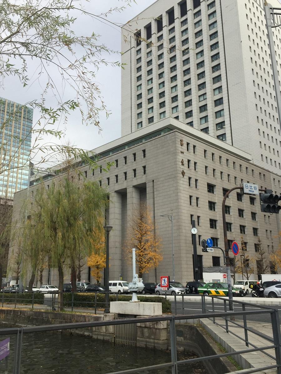 写真・図版 : GHQ本部が置かれていた旧第一生命館は現在、高層ビルに建て替えられ外壁の一部が保存されている=東京都千代田区