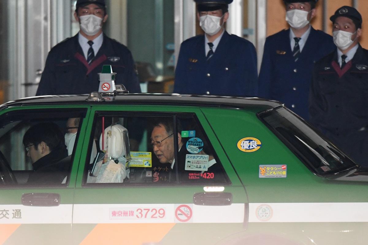 写真・図版 : 保釈され、迎えのタクシーで東京拘置所を出る熊沢英昭被告=2019年12月20日