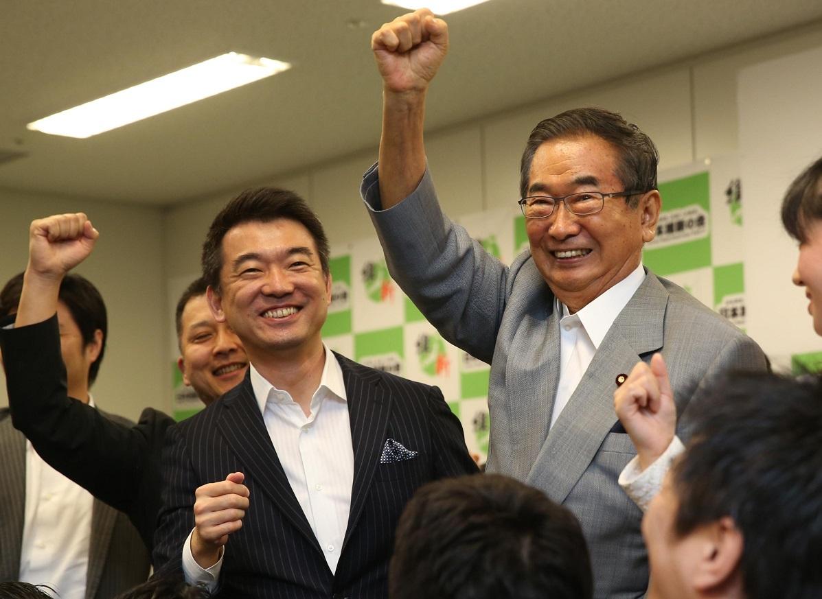 写真・図版 : 日本維新の会には2012年11月に石原慎太郎氏(右)らの太陽の党が合流。石原氏が代表、橋下氏が代表代行に就いた=2013年7月2日、衆議院第1議員会館
