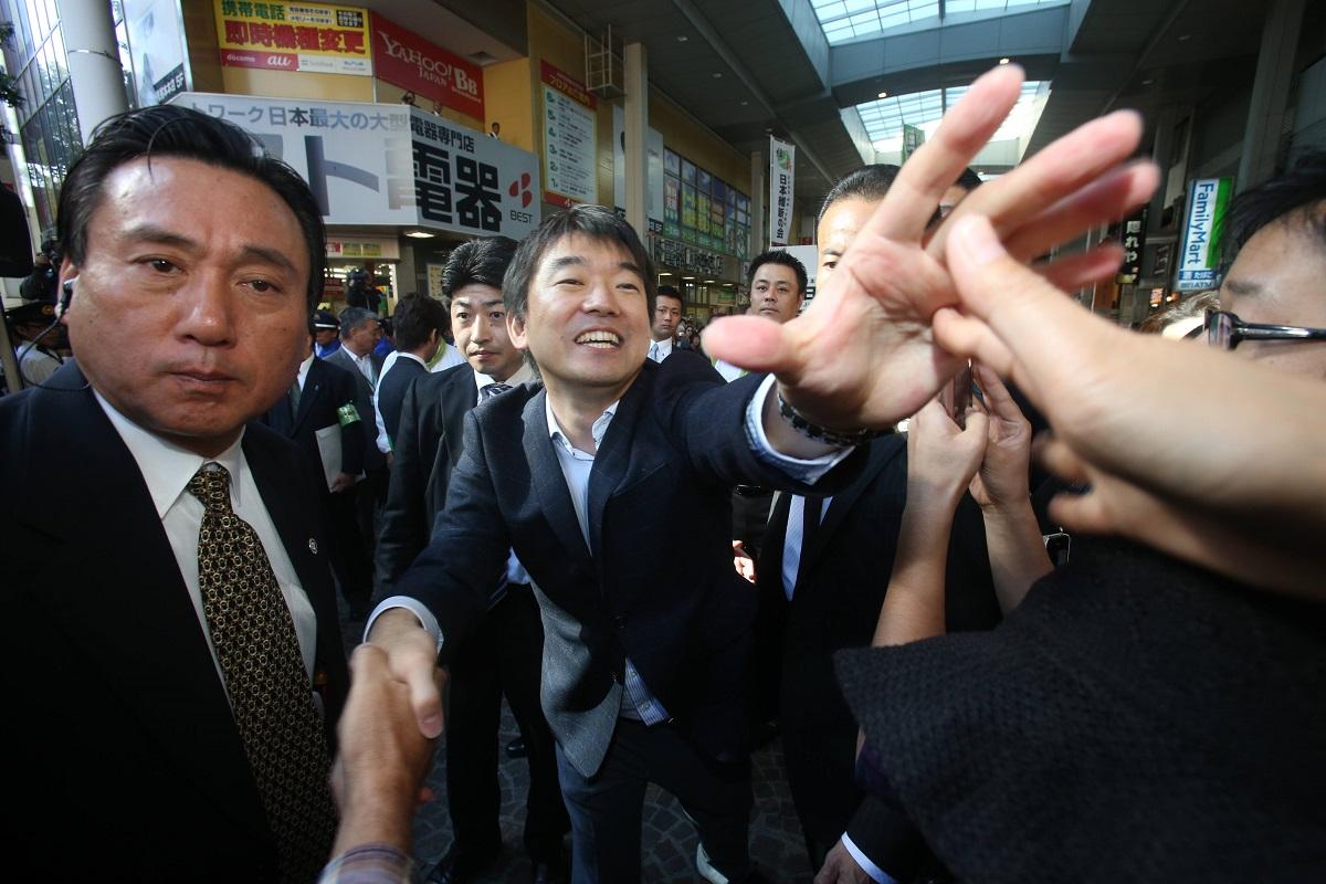 写真・図版 : 全国遊説で熊本市を訪れ、支持者に握手攻めされる橋下氏=2012年10月20日