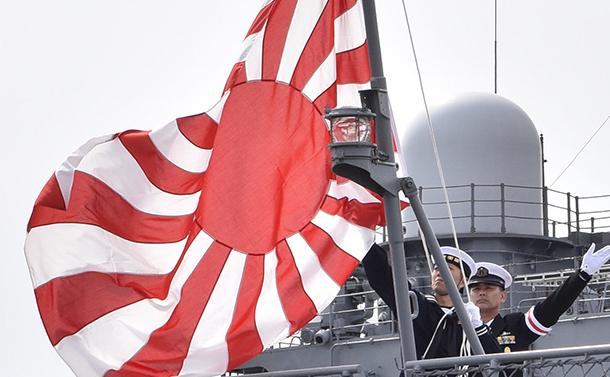 写真・図版 : 護衛艦に掲げられた自衛隊旗としての旭日旗