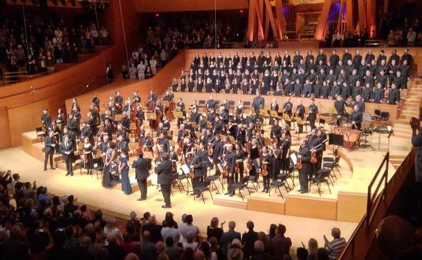 写真・図版 : ドゥダメルの指揮でベートーベンの「第九」を演奏したロサンゼルスフィルハーモニック=2019年10月27日、ロサンゼルス(筆者撮影)