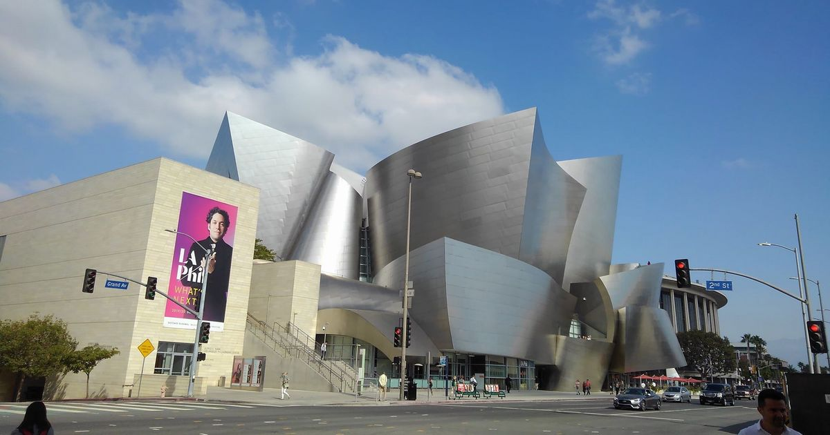 写真・図版 : ウォルト・ディズニー・コンサートホール(WDCH)の外観=2019年10月27日、ロサンゼルス(筆者撮影)