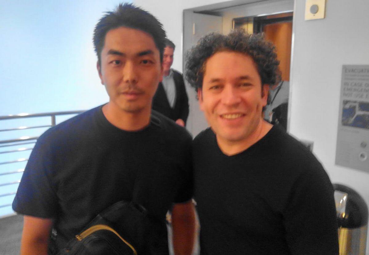 写真・図版 : 第九演奏後に面会した際に撮影したドゥダメルと筆者=2019年10月27日、ロサンゼルス(筆者撮影)