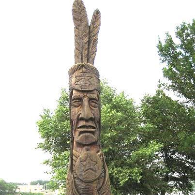 写真・図版 : 미국 일리노이주 시카고 부근의 네이티브 아메리칸 유적지에 있는 인디언 추장의 목상= 필자 제공