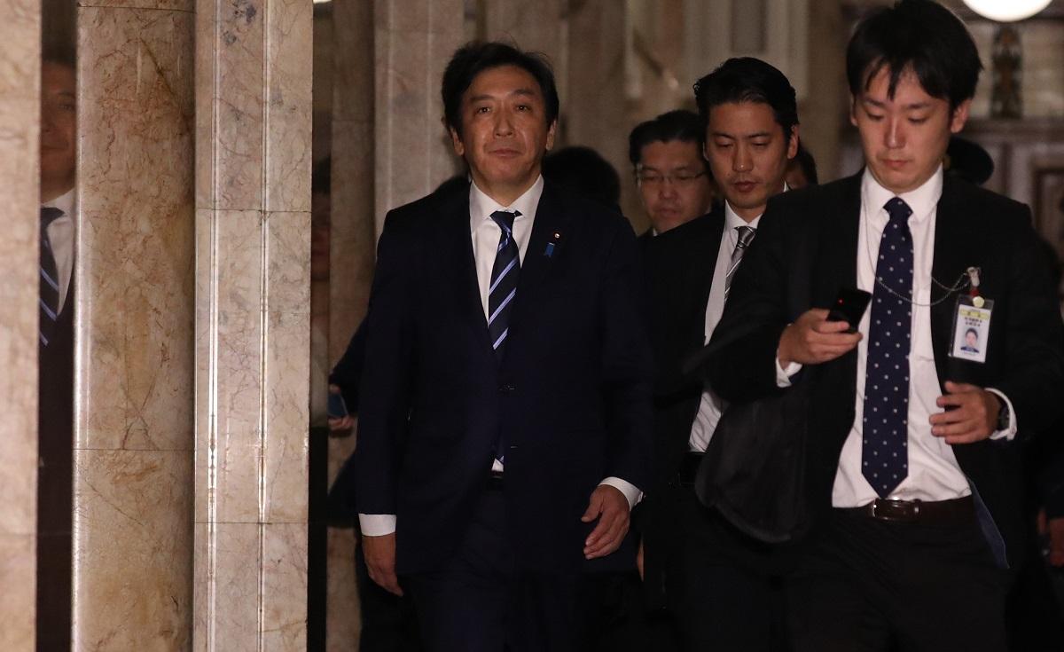 写真・図版 : 辞表提出後の記者会見を終え、国会を出る菅原一秀経産相(左)=2019年10月25日