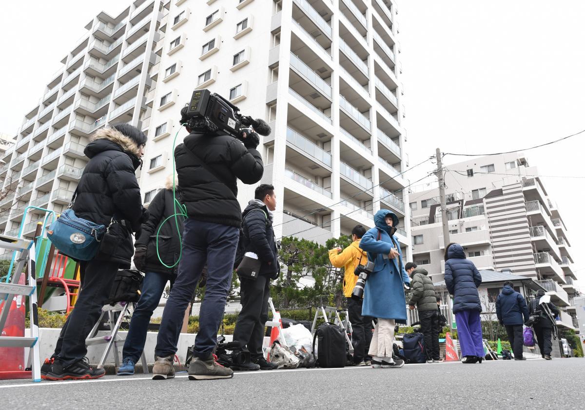写真・図版 : 秋元司衆院議員の自宅があるマンションには、報道陣が集まった=2019年12月25日、東京都江東区