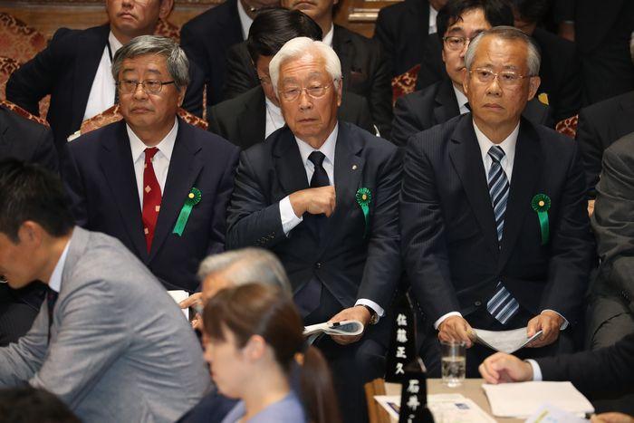 写真・図版 : 参院予算委員会に参考人として出席した(左から)日本郵政の鈴木康雄副社長、NHK経営委員会の石原進委員長、NHKの上田良一会長=2019年10月15日