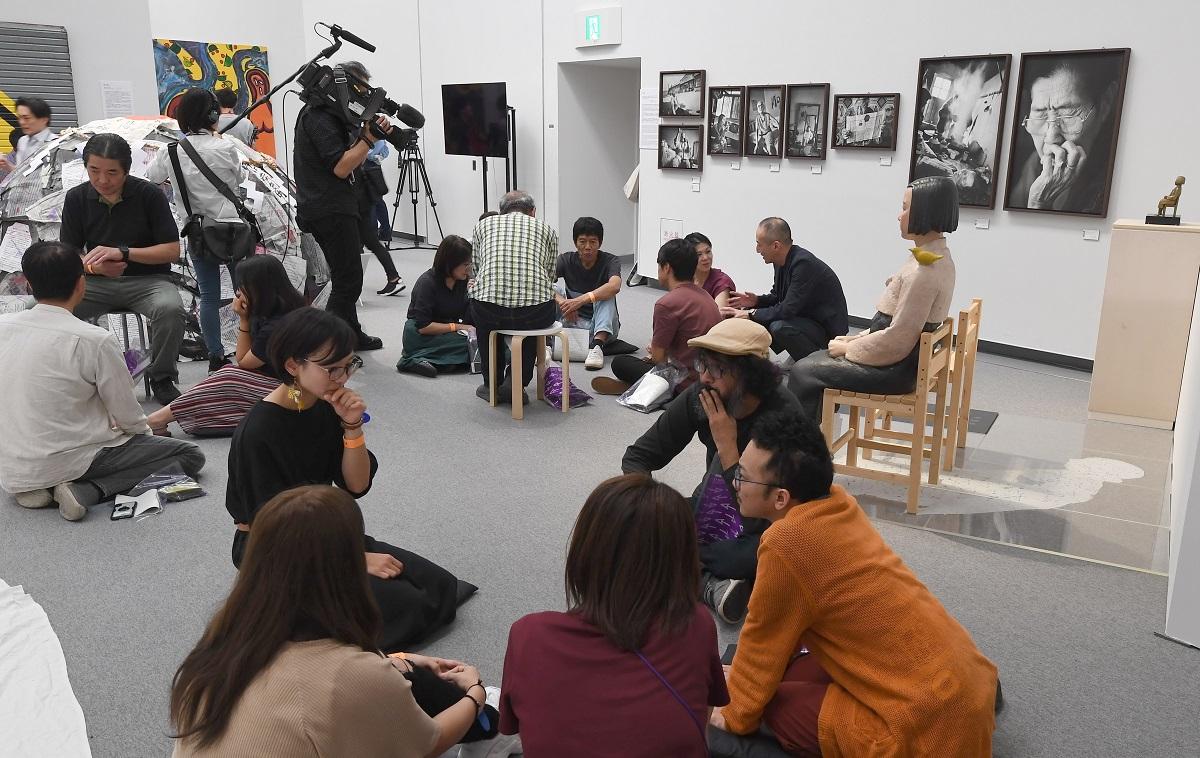 企画展「表現の不自由展・その後」の会場でディスカッションする参加者ら=2019年10月11日午後3時、名古屋市東区、代表撮影