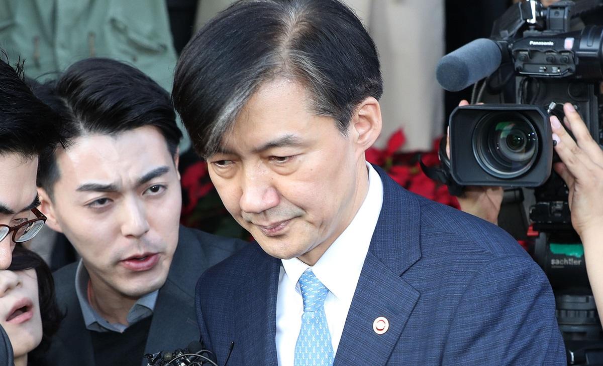 写真・図版 : 日本のワイドショーで連日とりあげられたチョ・グク氏(中央)=東亜日報提供