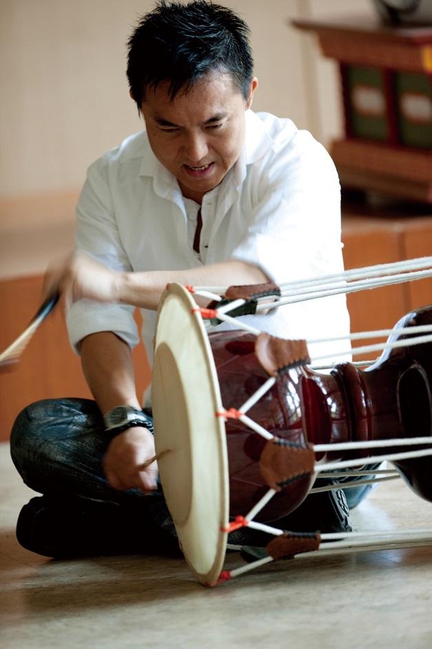 写真・図版 : 韓国の伝統打楽器チャンゴを演奏する筆者