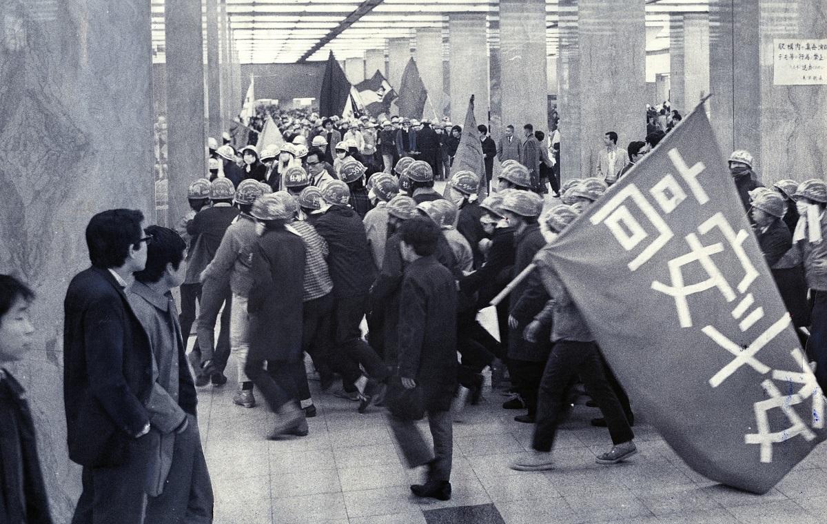 卒業式闘争で東京駅八重洲口をデモする高校生たち 1969年3月19日