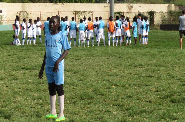 写真・図版 : ナショナルスタジアムを使って女子サッカー教室が開催された。みなユニフォームとシューズがそろっており、いいところのお嬢さんたちの様子。