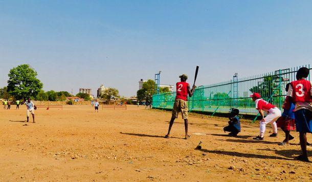 写真・図版 : 下手投げの野球は、野球というより、ソフトボール。とにかく打たせることを重視。バッターは長身のエドワード君。