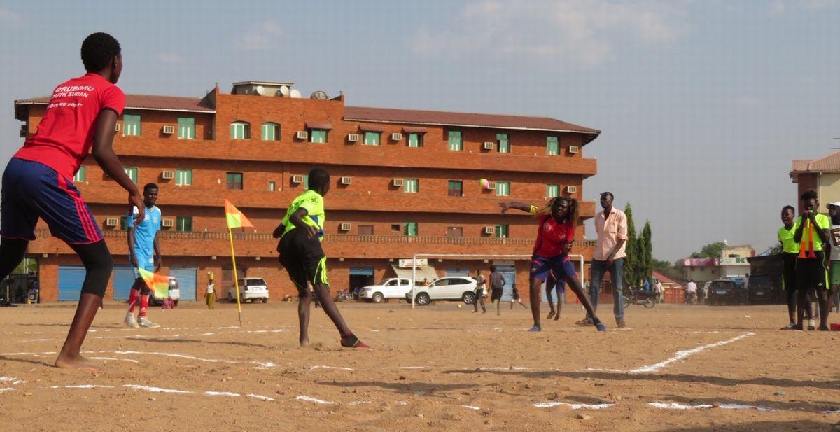 写真・図版 : イベントのプログラムで紹介されたボルボルの競技の様子。