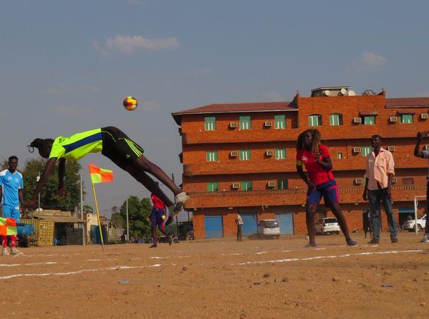 写真・図版 : ドッジボールと違い、制限時間内はひたすら避ける。時にはアクロバティックな動きも!