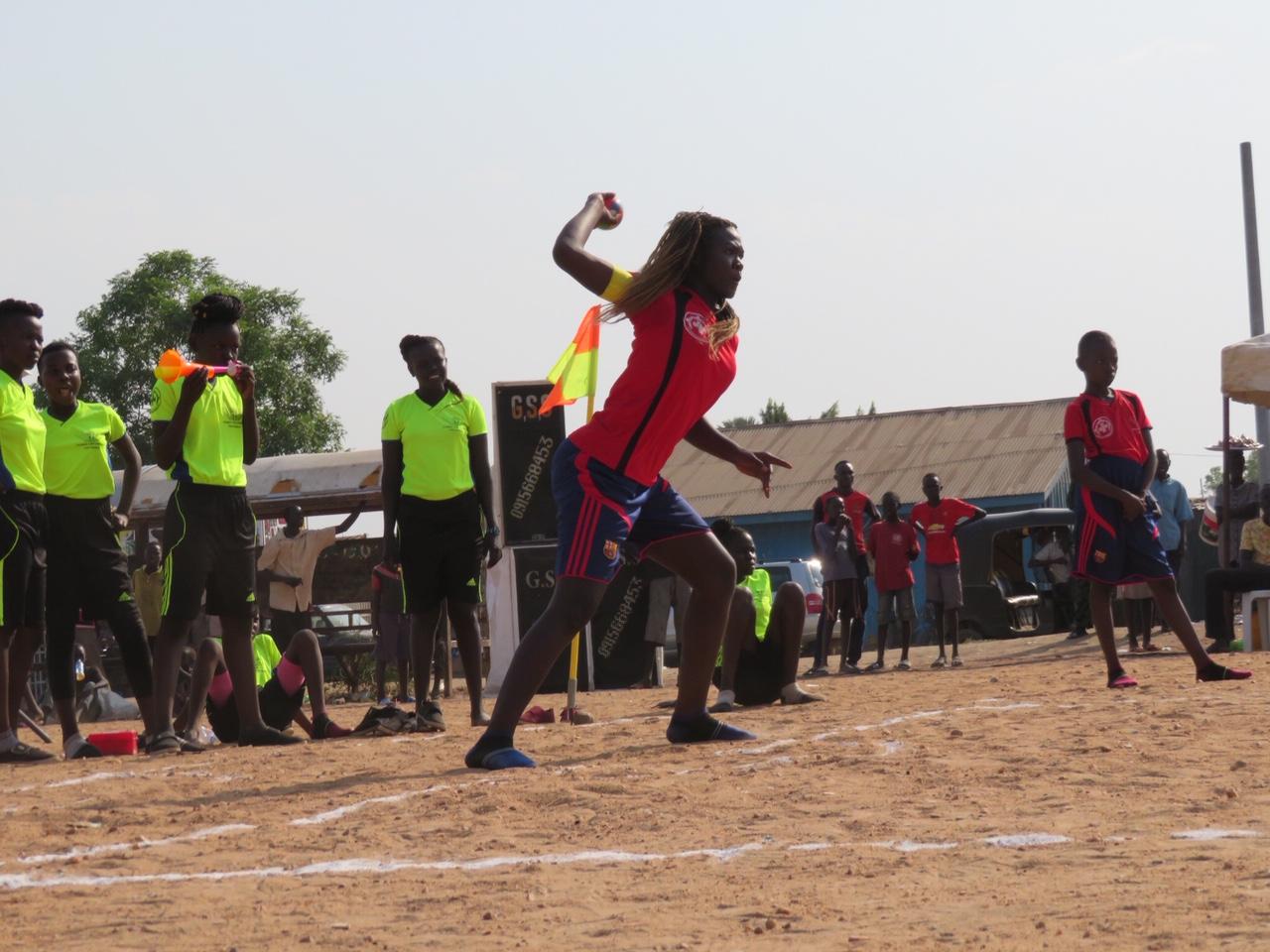 写真・図版 : 豪快に剛速球を繰り出す女子選手。肩がよく回っていて、野球の素質を感じる。