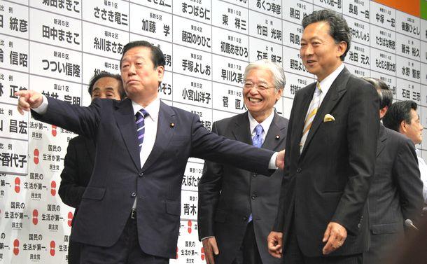 写真・図版 : 鳩山由紀夫・民主党代表に対し、衆院選当選者の名前にバラつけを促す小沢一郎代表代行=2009年8月30日、東京・永田町